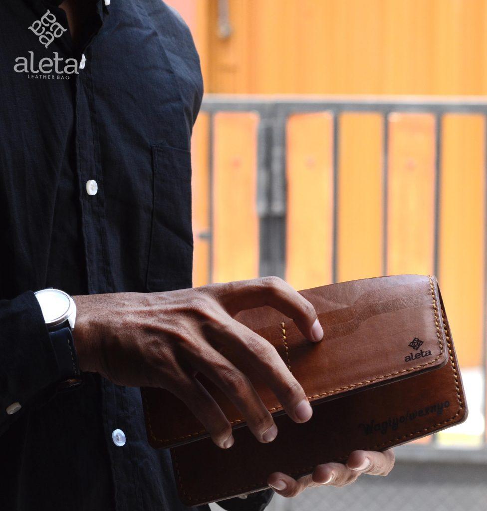 3 Alasan Mengapa Harus Membeli Dompet Kulit Pria Original Di Aleta e6def5b83b